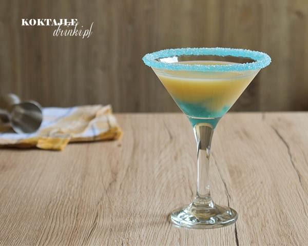 Drink z malibu, Bananowa Zatoka o żółtej barwie w kieliszku, na dole widoczny kolor błękitu zatoki.