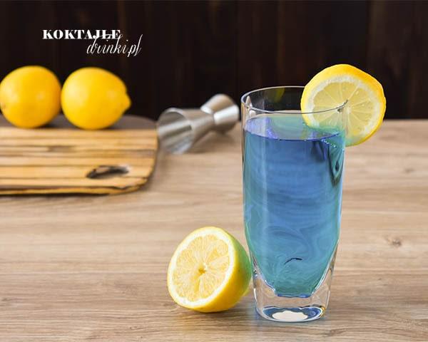 Drink z wódką Blue Lagoon, Błękitna Laguna o błękitnej barwie dzięki Blue Curacao.