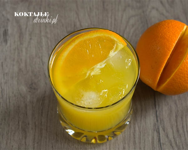 Californication - drink z wódką, podany w szklance Old fashioned, ma barwę pomarańczową i ozdobiony jest wrzuconym do szklanki plastrem pomarańczy.