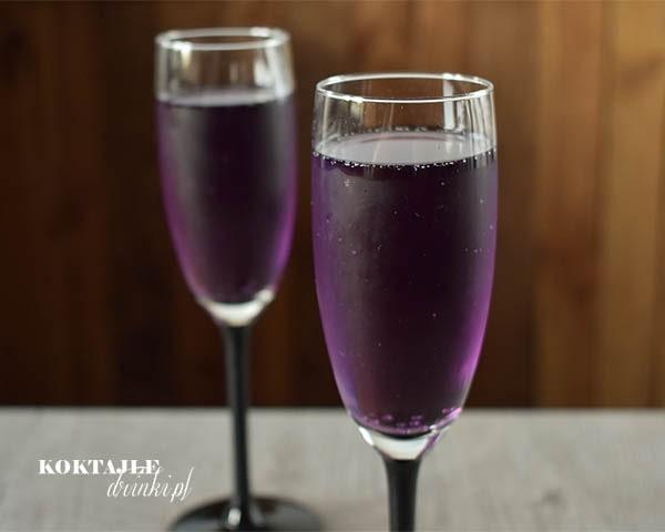 Dwa drinki z szampanem Prosecco w purpurowym odcieniu w kieliszkach od szampana.