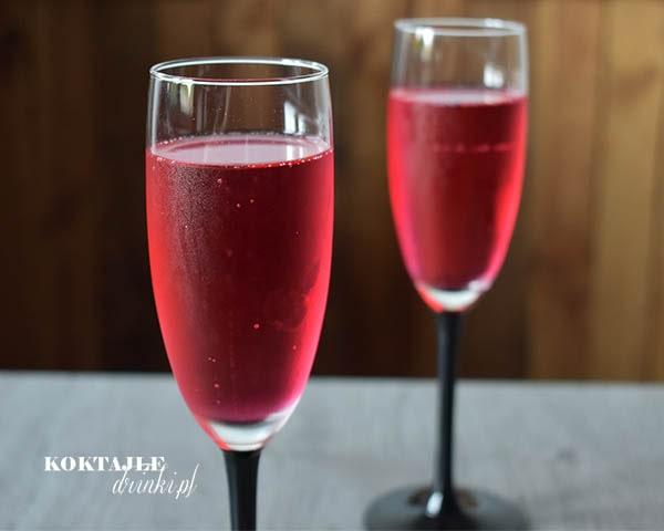Widok na dwa kieliszki z szampanem Prosecco w barwie czerwonej dzięki grenadynie.