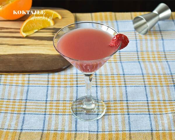 Cranberry Toad to jasno czerwony drink z wódką w kieliszku przyozdobionym kawałkiem truskawki.