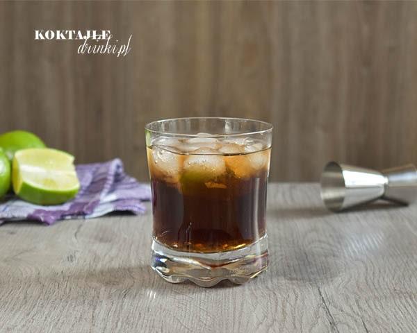 Ciemno brązowy czy też czarny drink z rumem, Cuba Libre do złudzenia przypominający Coca Cole.