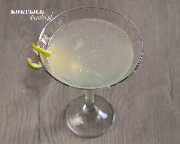 Drink z rumem, Daiquiri ozdobiony twistem limonki, na wierzchu drinka widoczny kawałki miąższu z limonki.