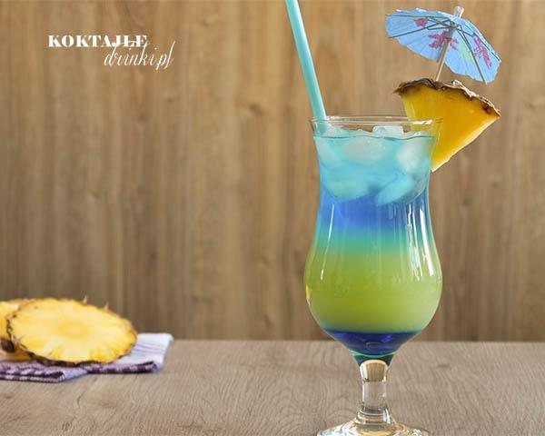 Drink z wódką Double Heaven złożony z 3 warstw, dolnej i górnej niebieskiej i środkowej zielonej.