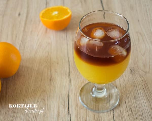 Drink Jager Bullet o dwóch warstwach pomarańczowej na dole, na górze jasno brązowa.