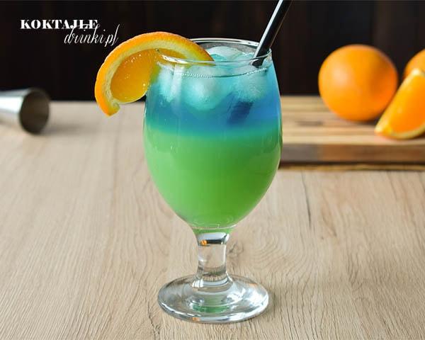 Drink z wódką Landscape z efektem krajobrazu. Zielony na dole, niebieski na górze.