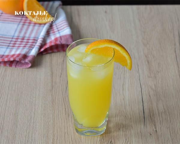 Screwdriver to drink z wódką o kolorze pomarańczy w szklance przyozdobionej kawałkiem pomarańczy