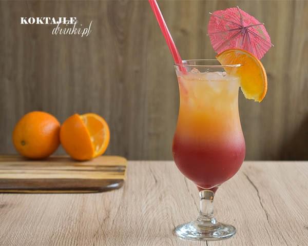 Ujęcie na drink z wódką Sex on the beach o dwóch warstwach, bordo na dole, pomarańcz na górze.