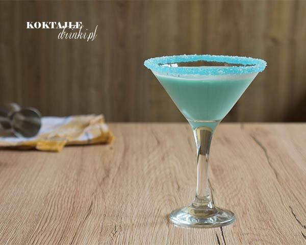 Drink Błękitne Malibu o barwie jasno niebieskiej z crustą z cukru i Blue Curacao.