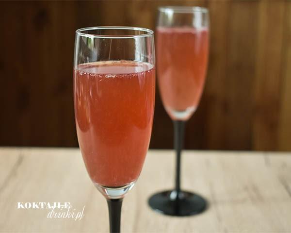 Drink z szampanem Prosecco i malibu w jasno czerwonej odsłonie, na zdjęciu widoczne 2 kieliszki z tym trunkiem.