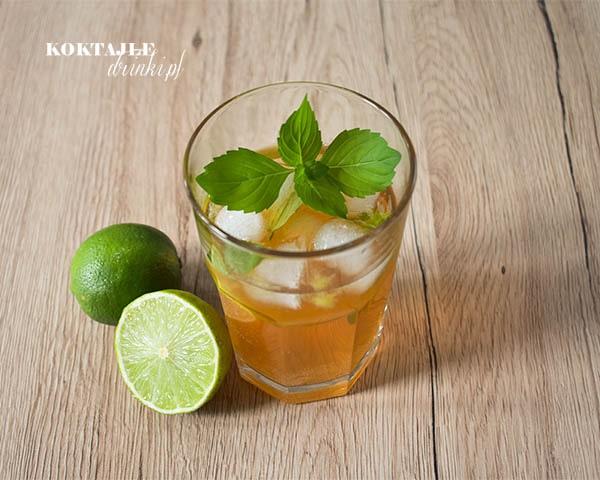 Widok z góry na drink z aperolem, Tropical Aperol, zbliżenie na liść mięty unoszący się na szklance.