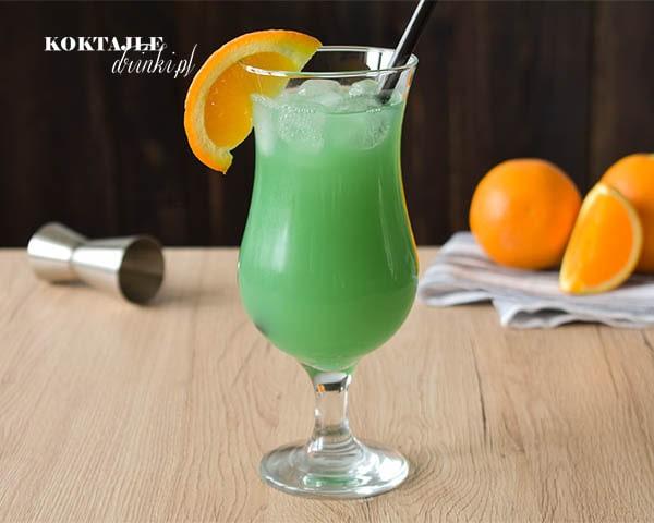 Drink z wódką, Zielona Ropucha widziany od frontu w kieliszku ozdobionym kawałkiem pomarańczy.