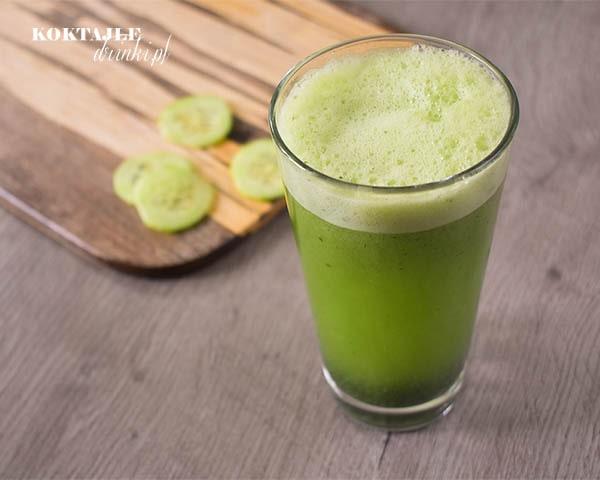 Koktajl odchudzający smoothie o barwie zielonej, w tle widoczne plastry ogórka.