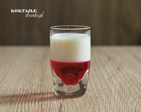 Shot z wódką, Flaga Polski biało czerwone barwy w kieliszku, widok od frontu