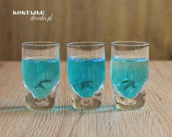 Widok na trzy shoty z rumem. Jack Sparrow, o barwie bardzo jasnego błękitu.