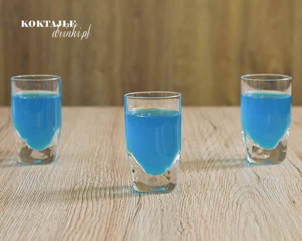 Widok na trzy shoty z malibu, Lagoon, o barwie błękitnej.