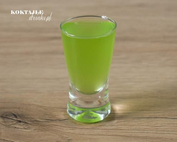 Widok na shot limonka i malibu o barwie jasno zielonej.
