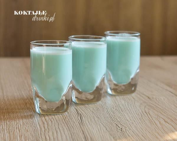 Trzy kieliszki shota z malibu, Smerfetka, o jasno niebieskim kolorze.