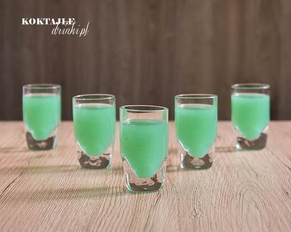 Widok na pięć shotów z wódką, Zielona Ropucha o kolorze zielonym.